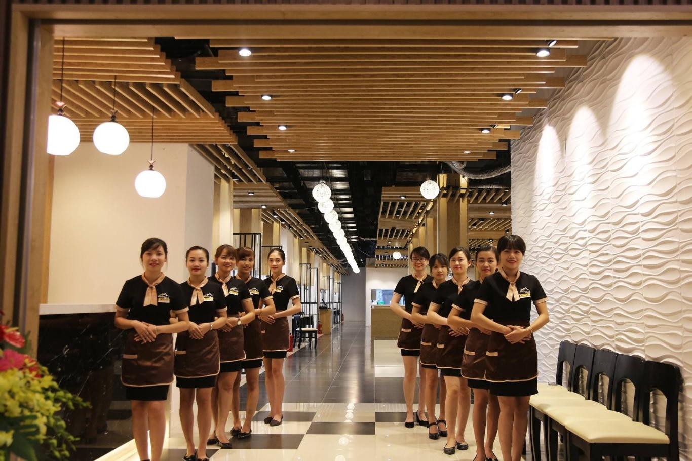 Đội ngũ nhân viên tại quán nướng Hàn Quốc Jirisan luôn trong tư thế sẵn sàng phục vụ