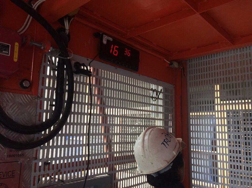 Màn hình hiển thị chuông gọi thang vận lắp trong cabin để quan sát tầng nào đang gọi đang gọi thang vận để nhanh chóng di chuyển tới tầng đó