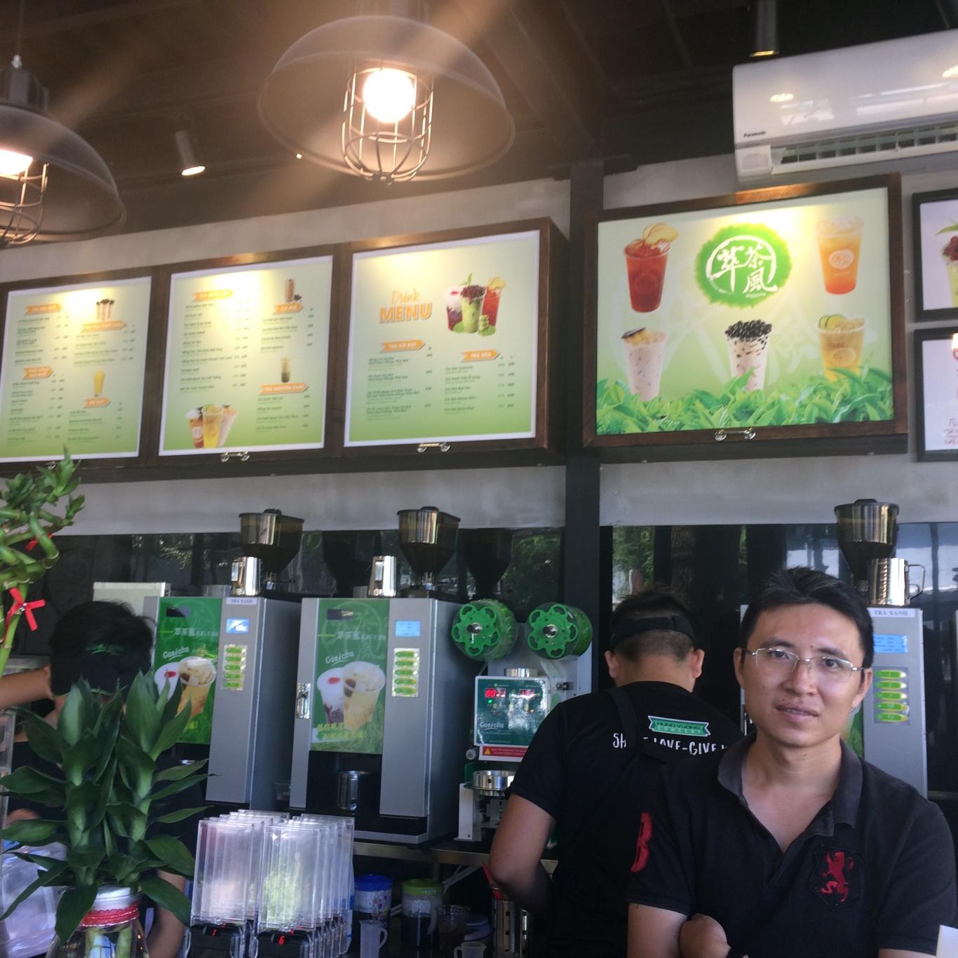 nhận viên phục vụ tại quán trà sữa Cueichi Bình Dương