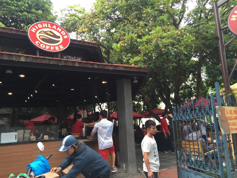 thiết bị tự phục vụ ở Highlands Coffee Cột cờ Hà Nội