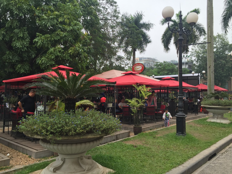 Lắp đặt thiết bị tự phục vụ ở Highlands coffee ở nhà hát lớn Hà Nội